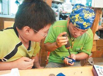 小老闆跟著志工哥哥學習修理電器,學會了一身本領,可以累積點數,兌換喜歡的東西。 ...