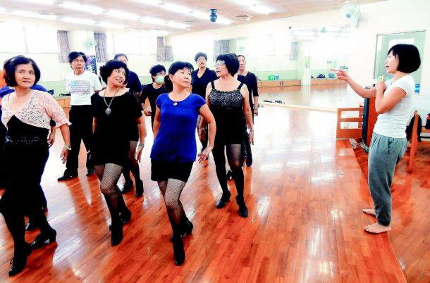 為了讓鄉親看懂現代舞,黃文人(右)還把百老匯的舞步帶到勞工大學的舞蹈班。 記者翁...