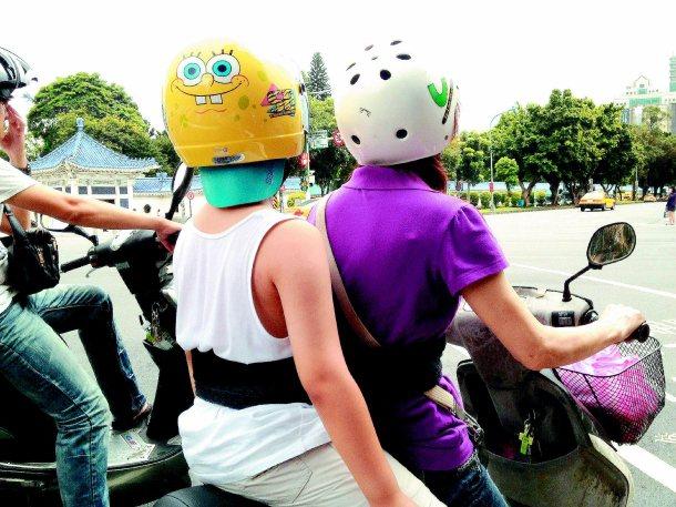 這個媽媽用圍巾設計了一條摩托車的安全帶,展現台灣庶民的想像力。 圖╱吳漢中提供