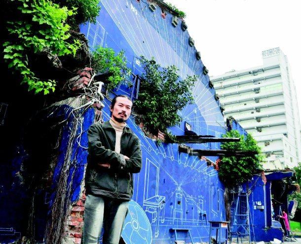 劉國滄保留殘牆裸露鋼筋,配合周遭環境漆成藍色,在台南市海安路打造出「藍晒圖」。 ...