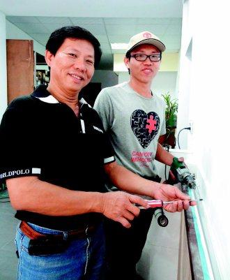 大學電機系畢業的陳偉明(右)擁有水電丙級證照,努力累積繼承衣缽的專業,讓爸爸老闆...