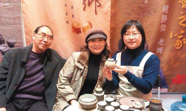 來自北京的陸客孫小飛(圖中)與丈夫,根據聯合報報導,到趙家窯買茶具,右為趙家窯大...