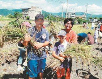 為找回與台灣這塊土地的連結,愈來愈多人下鄉,圖為台大穀雨社學生江昺崙(右)號召一...