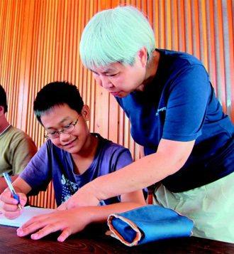 李雨宣(右)的「希望小學堂」免費幫助弱勢、外配子女,讓這些孩子重新找回學習的樂趣...