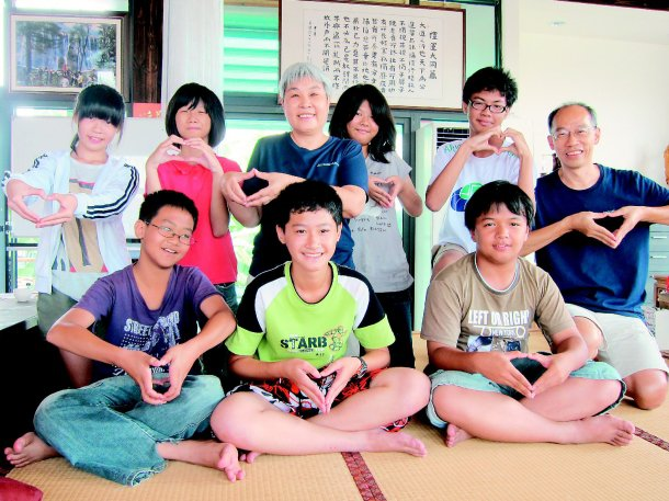 「希望小學堂」的主人是曾任高中數學老師的李雨宣(後左三)和擔任中正大學機械工程系...