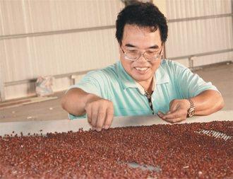 李明利返回屏東萬丹鄉,幫老家的土產「紅豆」打造時代口味。 記者張念慈╱攝影