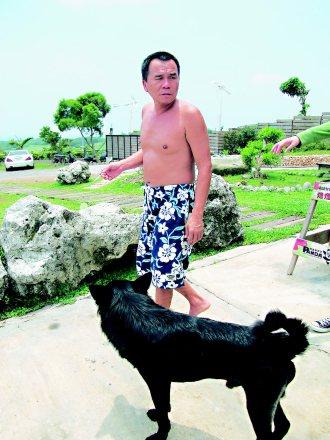 撿來的大黑狗「跳跳」,跟著台商主人賴明德實現快樂白沙的夢想。 記者徐如宜╱攝影