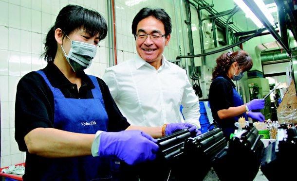 榮科實業公司八成員工是二度就業的中年婦女,友善職場環境被譽為「微笑工廠」。 記者...