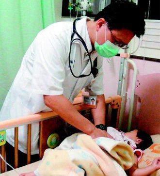 小兒心臟科醫師游昌憲不忍偏鄉居民就醫困難,自願下鄉行醫,全家從台北搬到台東定居。...