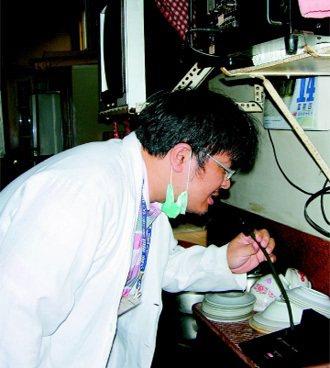 灶腳廣播站林柏青醫師下鄉醫療巡迴,利用村里的廣播系統,通知鄉民就診。 記者凌...