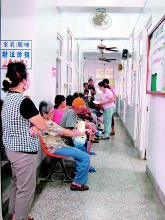 無醫村的苦清早七點,水林鄉衛生所湧進許多病患,為了兩周一次的巡迴義診大排長龍...
