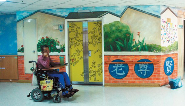 盧銘世推動社區美化,帶學生到安養院彩繪牆面。 記者張念慈╱攝影