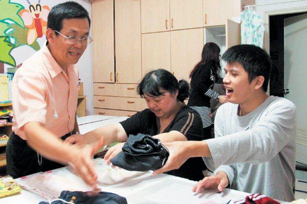 路得學園就是一個大家庭,邱家淮教啟智兒摺衣收納。 記者徐如宜╱攝影