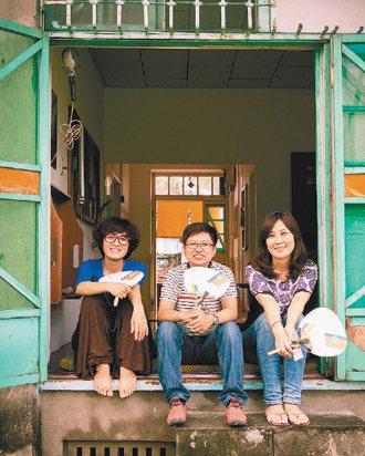 愛好攝影的劉孟玲(右起)、蔡依芸與歲月飾物創作者簡之郃,3人在各自的人生節奏外,...
