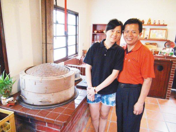 許郁珊(左)返鄉開設「窄巷」古厝咖啡,讓父親許再生(右)欣喜年輕人注入地方新活力...