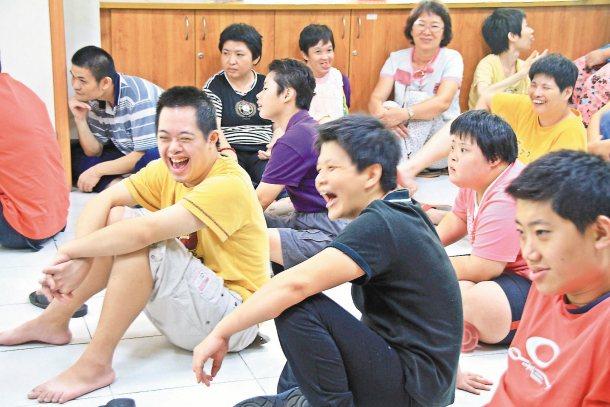 阮劇團巡演,台下五十多名智能障礙與多重障礙的院生,瞪大眼觀看演員一人分飾三角的逗...