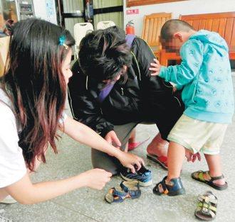 捐鞋儀式前,一位媽媽帶著三歲兒子開心試穿新鞋。 記者羅紹平╱攝影