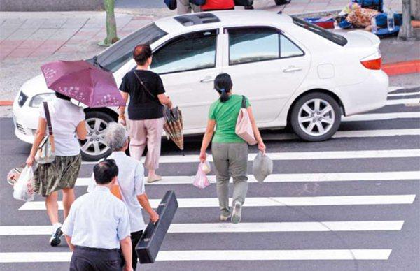 斑馬線上行人最大,但常見轉彎車輛不讓人的景象。 記者胡經周/攝影
