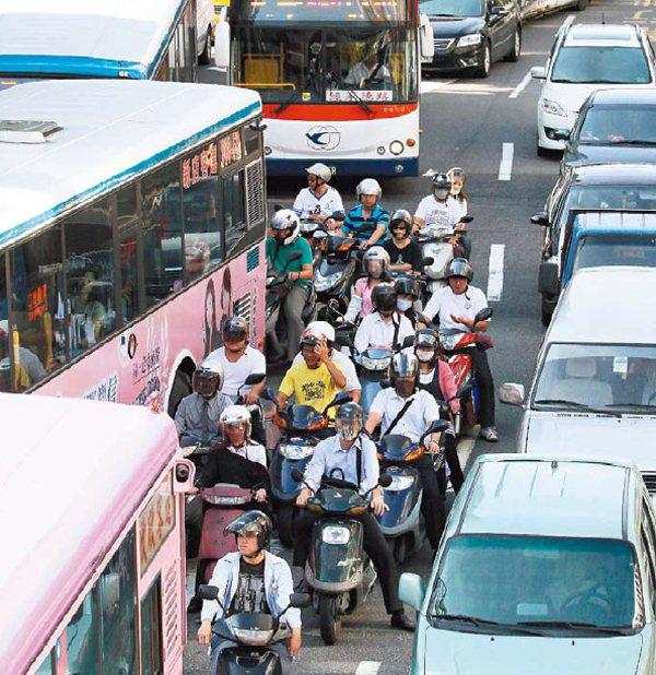 台北市公車為停靠站經常變換車道,交通尖峰時間和轎車、機車爭道,險象環生。  ...