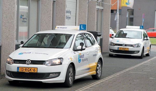 在荷蘭街頭到處看得到掛著「L」學習車牌的車輛,駕駛人取得駕照的過程既漫長又昂貴。...