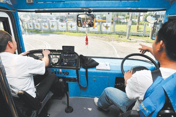 交通部公路總局公路人員訓練所的大客車考照,多年來強調讓人、讓車等禮讓精神,大車駕...