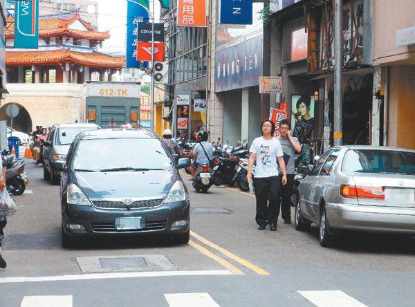在新竹常見民眾因騎樓被占,路邊又都是臨停車,被迫走上快車道。 記者高宛瑜/攝影