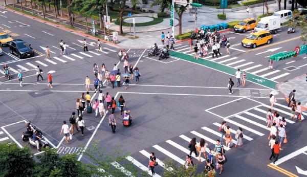 每天早上九點到晚上十點,北市松智路與松壽路口採用行人專用時相。小綠人亮起時,行人...