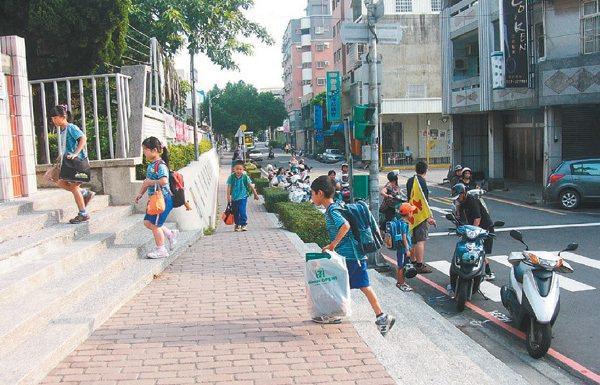 苗栗市大同國小三年前設置通學步道,學童交通安全零事故。 記者范榮達/攝影