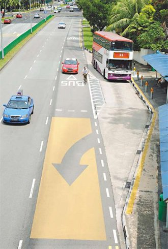 新加坡公車停等站旁,陸路交通管理局特別劃設了停等線,汽車必須等候公車駛出後才能前...