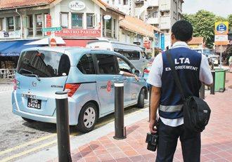 執法人員取締違停車輛。 特派記者鄭超文/新加坡攝影