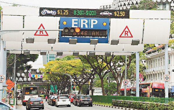 新加坡政府利用電子道路收費系統(ERP)管控進入容易塞車區的車輛,越容易塞車的時...