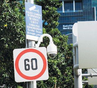 新加坡街道有許多監視器。 特派記者鄭超文/新加坡攝影