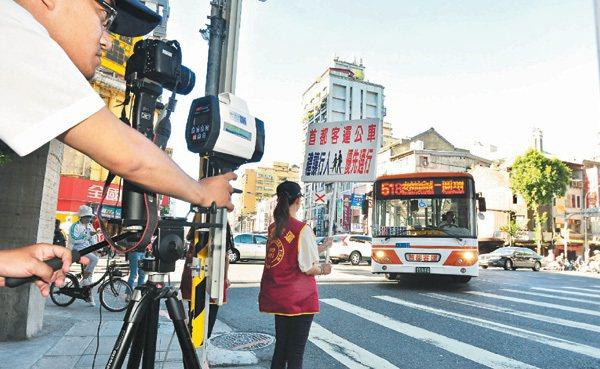 首都客運選擇易肇事路口,每天傍晚尖峰時間由人員舉牌提醒司機減速並禮讓行人。 ...