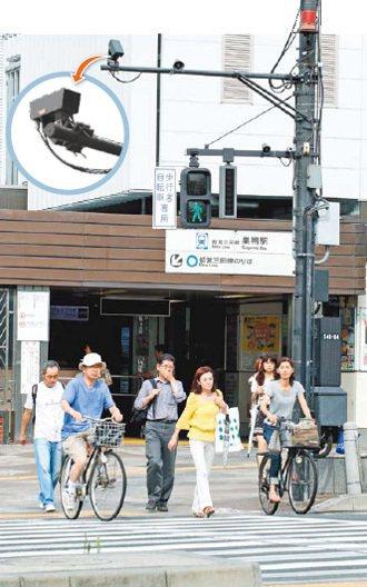 東京十幾個老人集中區的路口設感知監測系統(小圖),提醒不闖紅燈也延長穿越時間。 ...