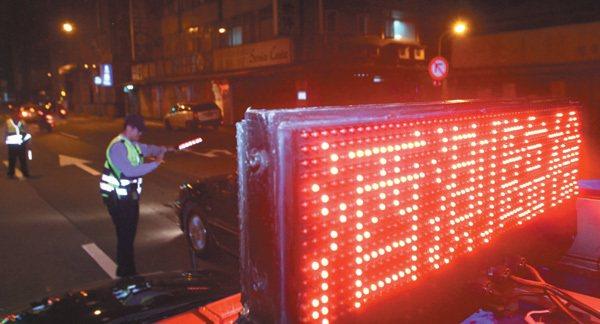 杜絕酒駕,警方強力執行酒測。 圖/聯合報提供