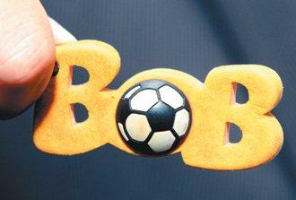 世足特別版「BoB」鑰匙圈,成青少年眼中的時尚代表。 特派記者曾吉松/荷蘭攝影