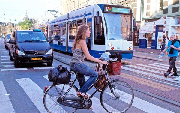 荷蘭行人與單車享有絕對路權,即使是在沒有號誌的路口,汽車與電車都會主動停下來禮讓...