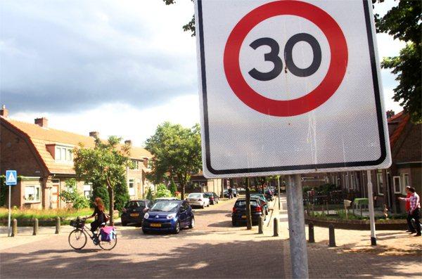 荷蘭是「交通寧靜區」的發源地,處處可見限速卅公里的標誌,提醒汽車放慢速度。 特派...