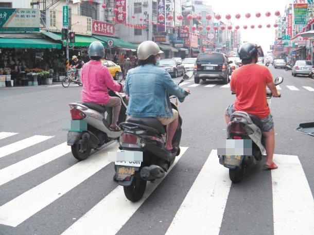 嘉義市機車騎士停等紅燈,違規占用行人斑馬線普遍,影響行人路權。 記者魯永明╱攝影