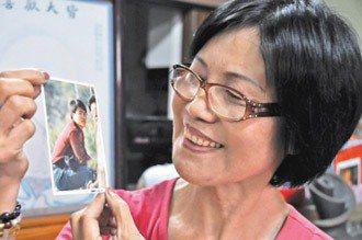 「重宇,你好嗎?」柯媽媽對著長子柯重宇的照片訴說近況。 記者莊宗勳╱攝影
