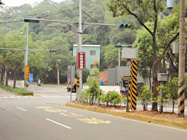 因車禍事故多,新竹市警察局交通隊在寶山路植物園路段增設測速照相桿,9月啟用。 圖...