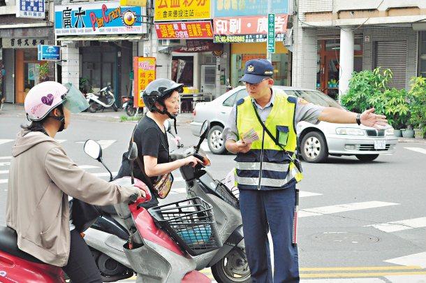 宜蘭縣警局大力推廣車讓人、行人優先觀念,希望交通事故能降到最低。 圖╱宜蘭縣警局...
