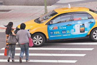 行人過馬路,卻常碰到車輛不禮讓。 記者胡經周/攝影