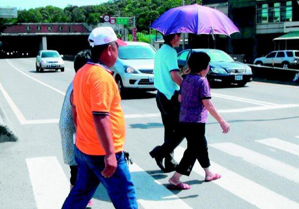 西濱公路這條人行道距鳳鼻隧道口近,勘查後認為危險,將取消。 本報檔案圖╱記者羅緗...