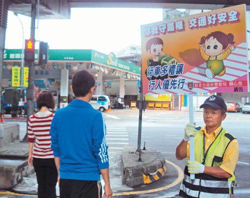 聯合報系推出「公路正義」願景專題,新北市警局十月起結合義警,以路口舉牌方式宣...