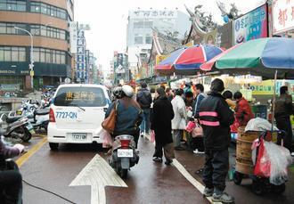 新竹市街道狹窄,人行步道不足,行人常是最弱勢的一群,市長許明財將加強整頓,提供行...