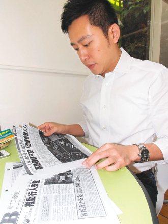 新竹市議員林智堅關注交通議題,蒐集本報「公路正義」報導研究。 記者王慧瑛╱攝影