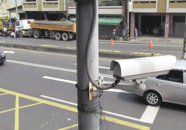 新街國小路口雖裝有監視器,卻損壞已久,對向砂石車肇禍過程難以還原,民眾抱怨只是裝...
