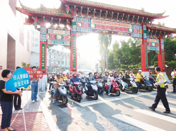 彰化縣警察局派員在彰化市中山路、孔門路口,舉牌宣導「維護行人路權」,籲所有駕駛禮...