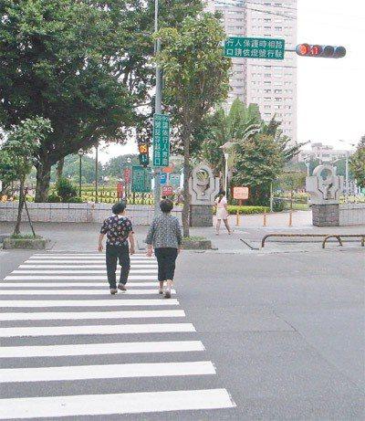 在特定路段延長行人通過馬路的號誌秒數,是保護行人的一個工程手段。新北市推動「人本...